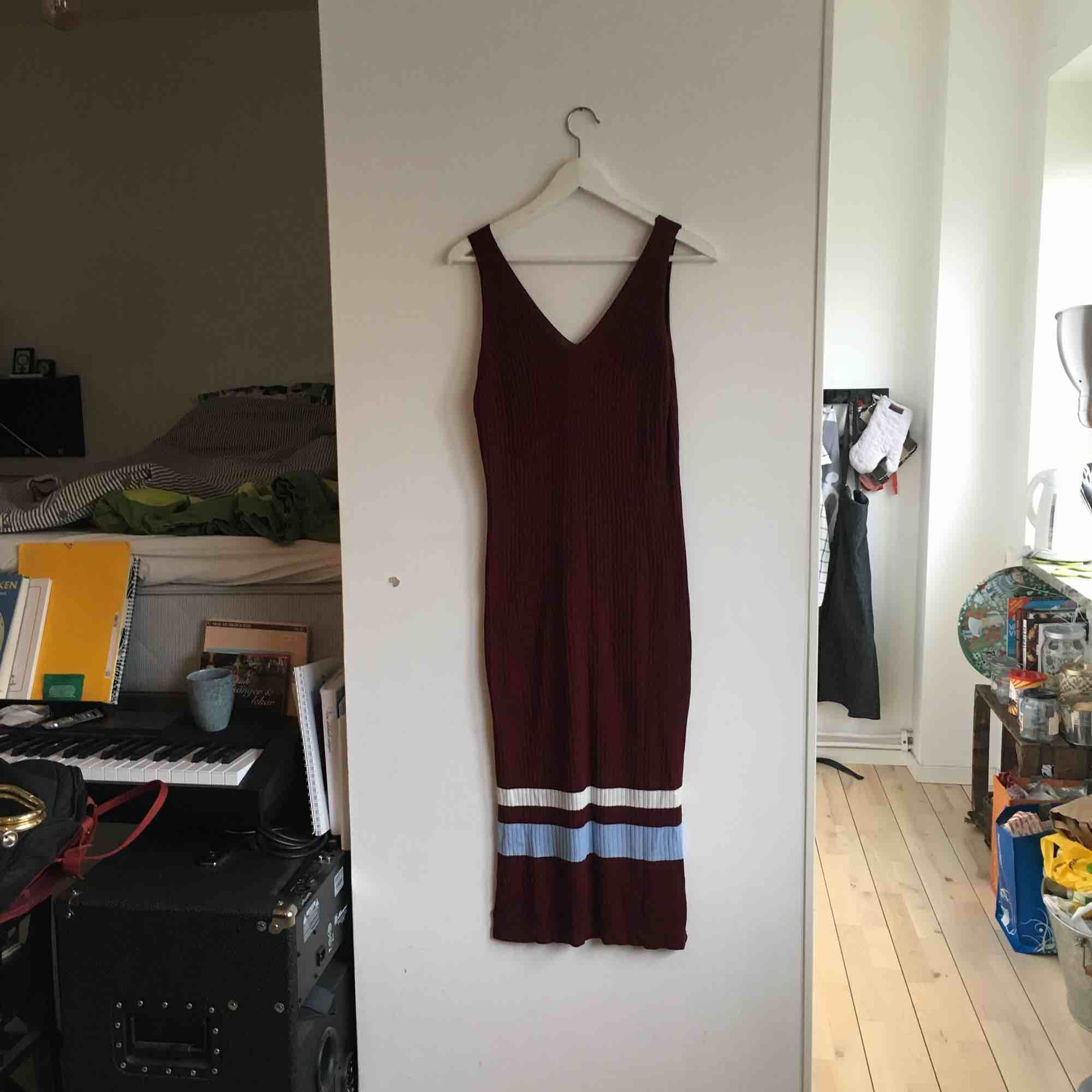 Fin klänning i vinrött med vit-blå-rand som aldrig kommit till användning. Är lite oversized för M och sitter lite tightare för en L. Frakt tillkommer eller så kan jag mötas upp i Malmö 🌲. Klänningar.