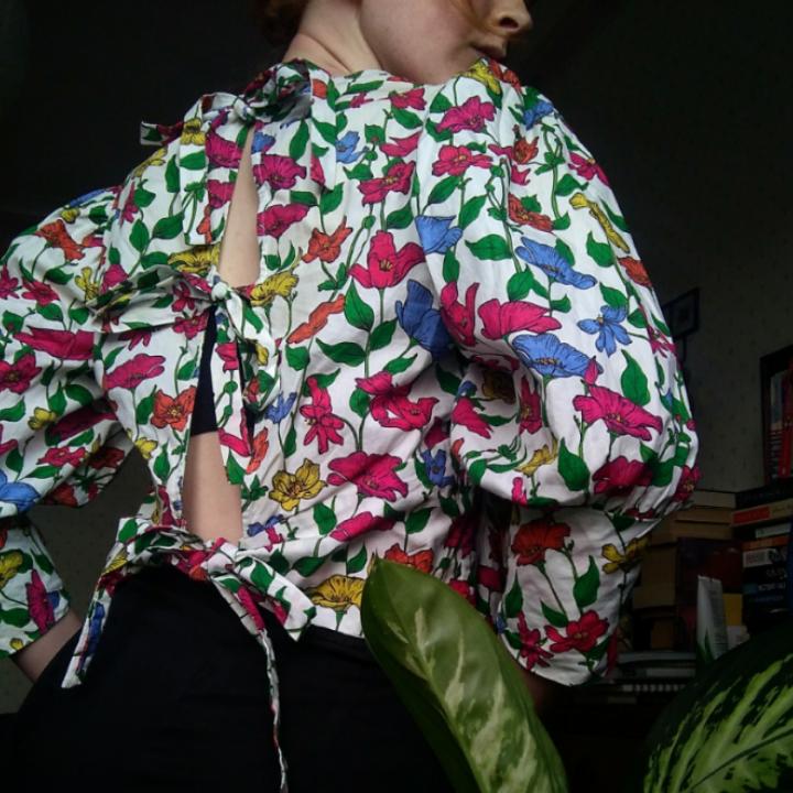 Blus som knyts med tre band baktill. Stora 80-talsinspirerade ärmar. Köpt på Zara i London för två år sedan, använd fåtalet gånger och i mycket gott skick. Bomullstyg i bra kvalitet. Frakt betalas av köparen🌹. Blusar.