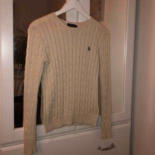 Kabelstickad tröja från Ralph Lauren sparsamt använd Nypris 1200kr Kan mötas upp i Täby/Danderyd annars står köpare för frakt