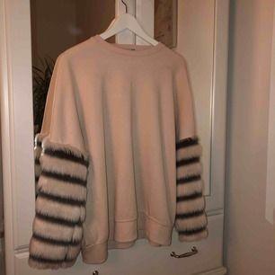 Ljusrosa tröja med ärmar i randig fuskpäls  Nypris 200 Kan mötas upp i Täby/Danderyd annars står köpare för frakt