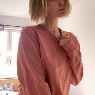 En äkta J.LINDEBERG tröja för billigt pris! Varm och bekväm, perfekt för vintern. Frakt tillkommer 💕