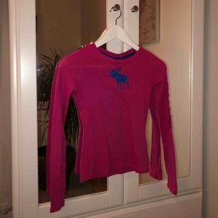 Mörkrosa tröja från Abercrombie kids Barnstorlek men passar någon i storlek 140-150