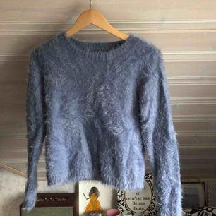 En härlig stickad fluffig tröja i en himmelsblå färg!  Köparen står för frakten🌹