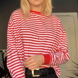 Röd- och vit-randig tröja från HM, väldigt snygg och i bra skick!