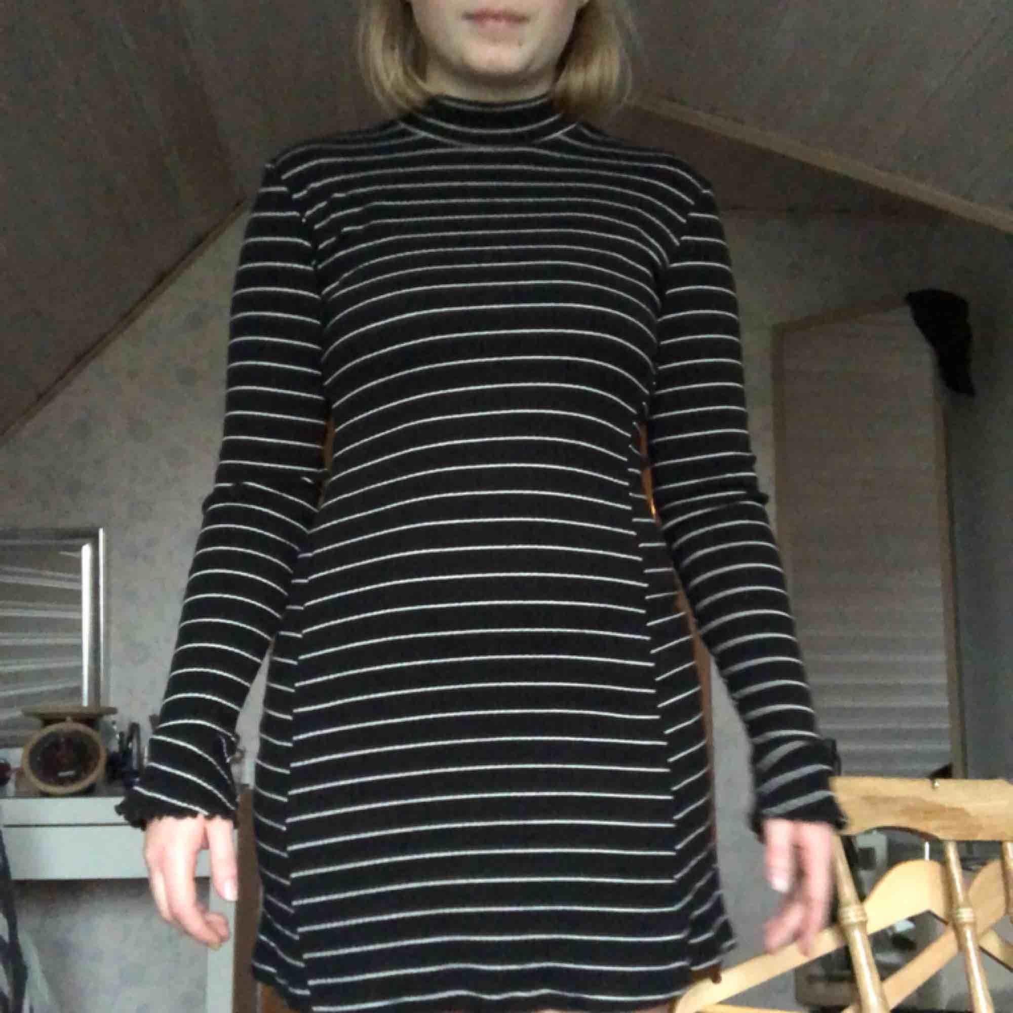 JÄTTEnice klänning med polo och fina ärmar från Urban Outfitters! Sparsamt använd.  Köparen står för frakten🌹. Klänningar.