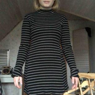 JÄTTEnice klänning med polo och fina ärmar från Urban Outfitters! Sparsamt använd.  Köparen står för frakten🌹