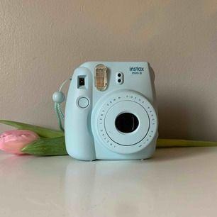 En instax 8 mini kamera utan filmer i, filmer köper ni själva för att kunna ta kort med den! Använd drygt 10 gånger, sitter numera på en hylla och samlar damm.  Frakt tillkommer 💕