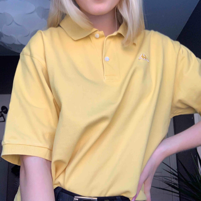 Oversized gul piké från Kappa. Knappt använd av mig men jag har själv klippt av den! . T-shirts.