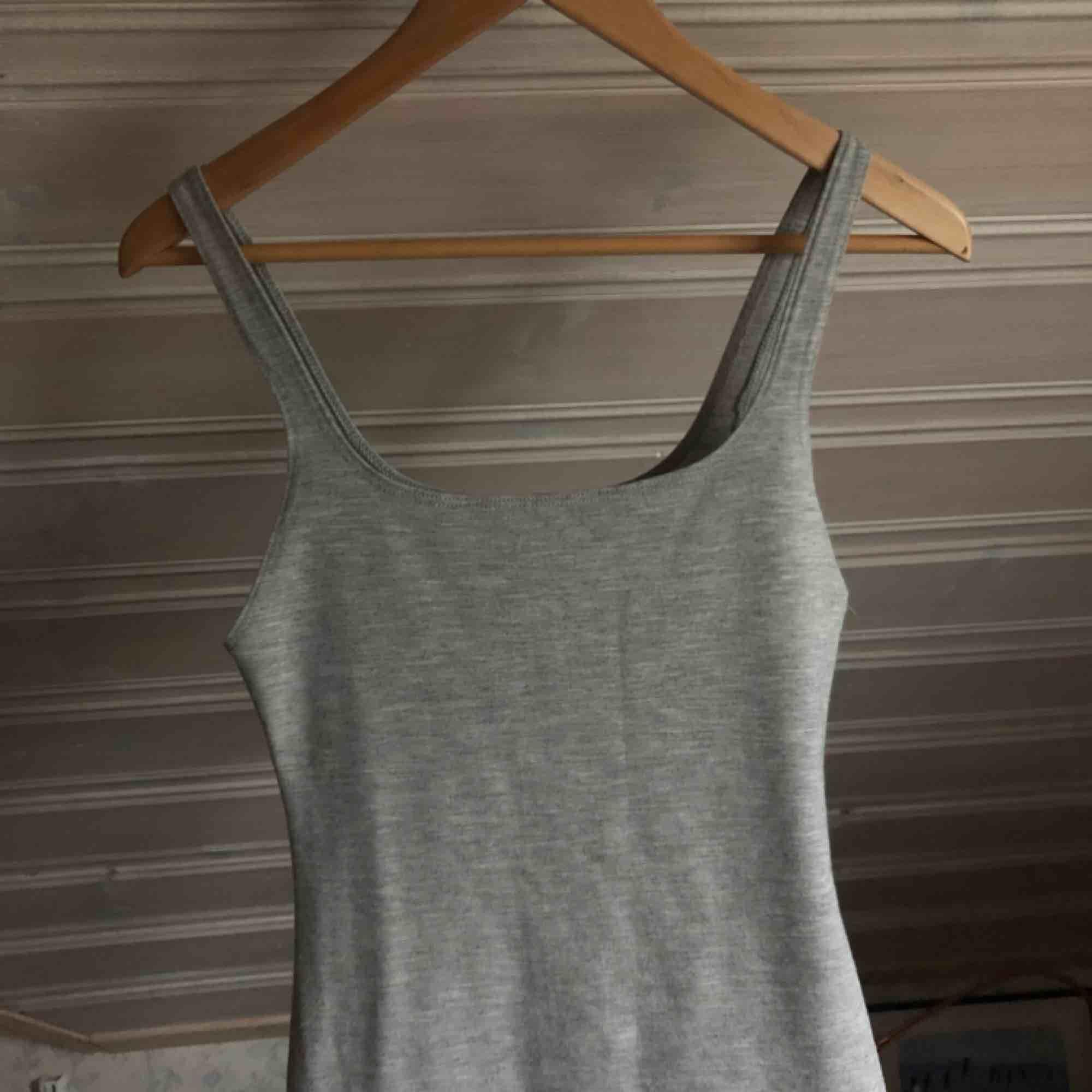 Snygg grå bodycon klänning!  Sparsamt använd.  Köparen står för frakt🌹. Klänningar.