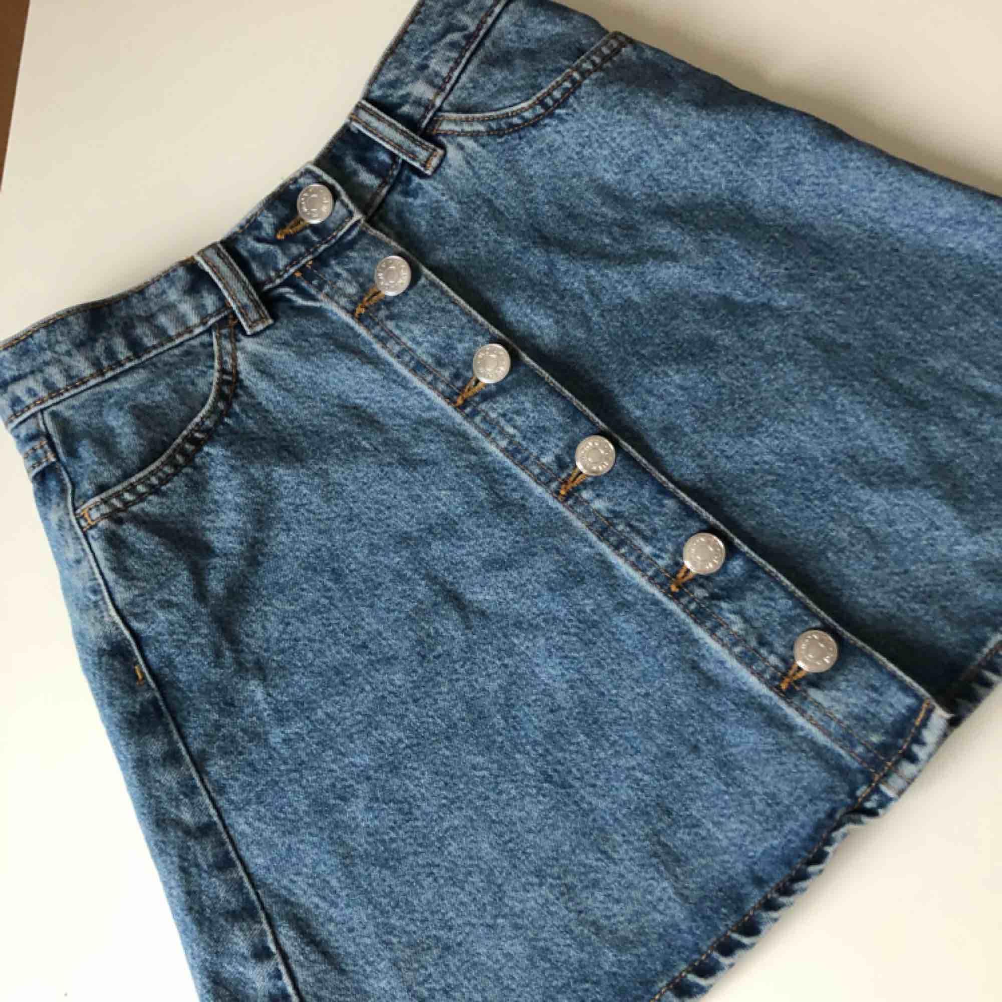Säljer min Monki kjol med knappar framtill. Två fickor fram och möjlighet till skärp. Sitter super snyggt. Dock har jag vuxit ur den🥺🥺. Kjolar.