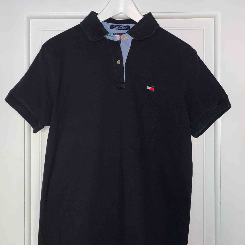 Mörkblå piké från Tommy Hilfiger. Skulle säga att den passar S/M!! . T-shirts.