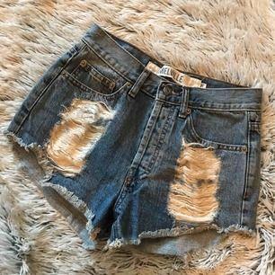 Sjukt snygga jeans shorts med slitningar från Brandy Melville. Storlek: 36 (XS/S)