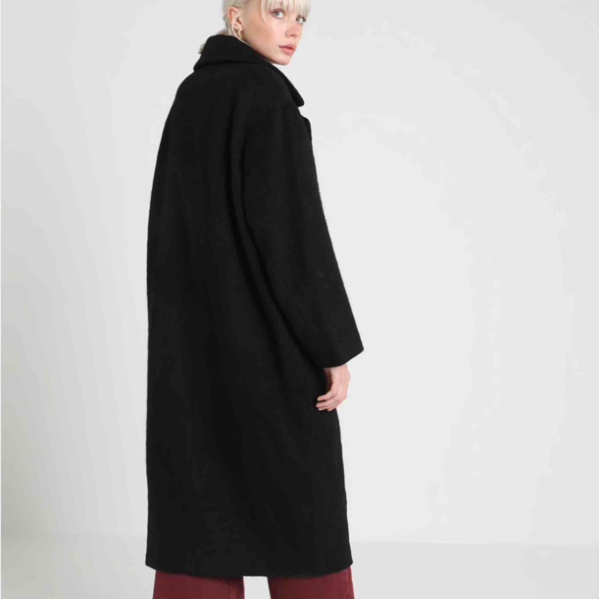 Nice vinter kappa från weekday! Säljer pga har för många jackor! Knappt använd!!  Ny pris 1500kr!   Kan mötas upp i Sthlm!. Jackor.