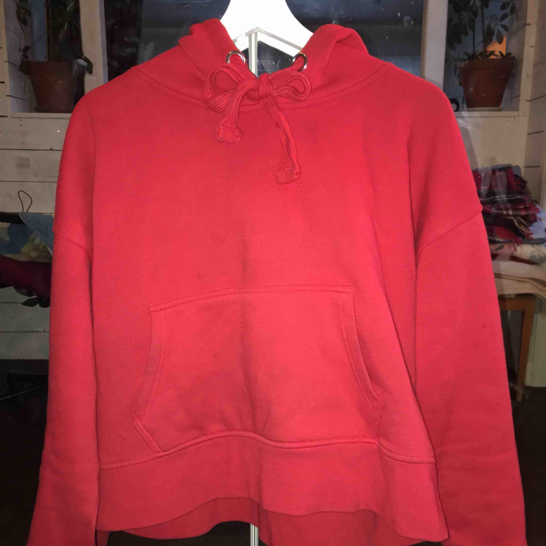 Säljer min sköna hoodie från Cubus. Den är lite knottrig om man kollar närmare på den, men inget man tänker på när man har på sig den! Nypris - 300 kr. Köraren står för frakt.. Huvtröjor & Träningströjor.
