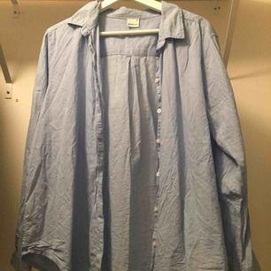 Skjorta köpt på ginatricot, endast använd en gång. Frakt står köparen för💕🌟