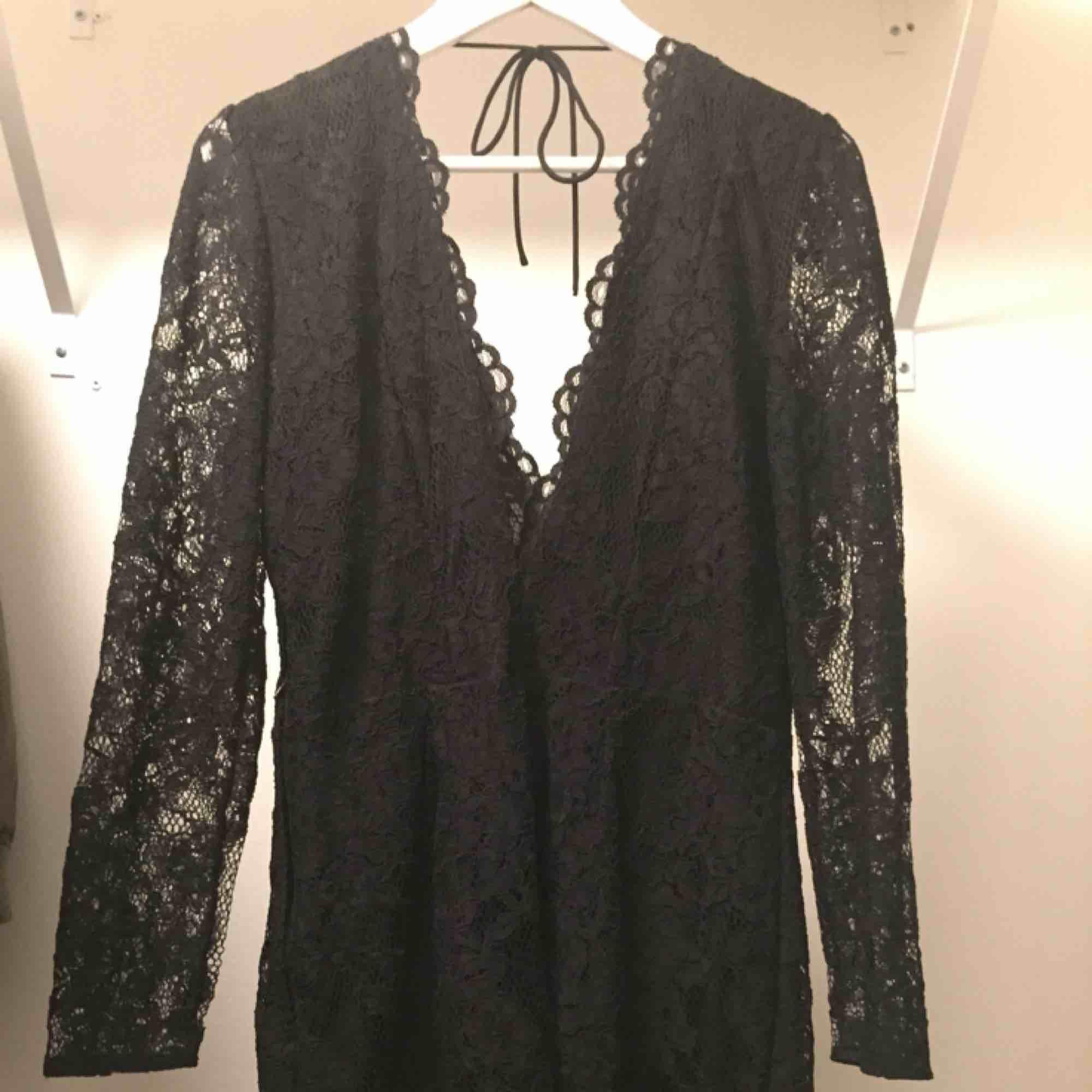 Spetsklänning köpt på H&M, nypris 499. Använd en gång, frakten står köparen för!💕🌟. Klänningar.
