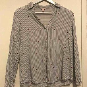 Jätte fin blus från Esprit. Jätte söta nyckelpigor på. Säljer då den är får kort i armarna på mig😔skriva gärna om du har frågor🤗