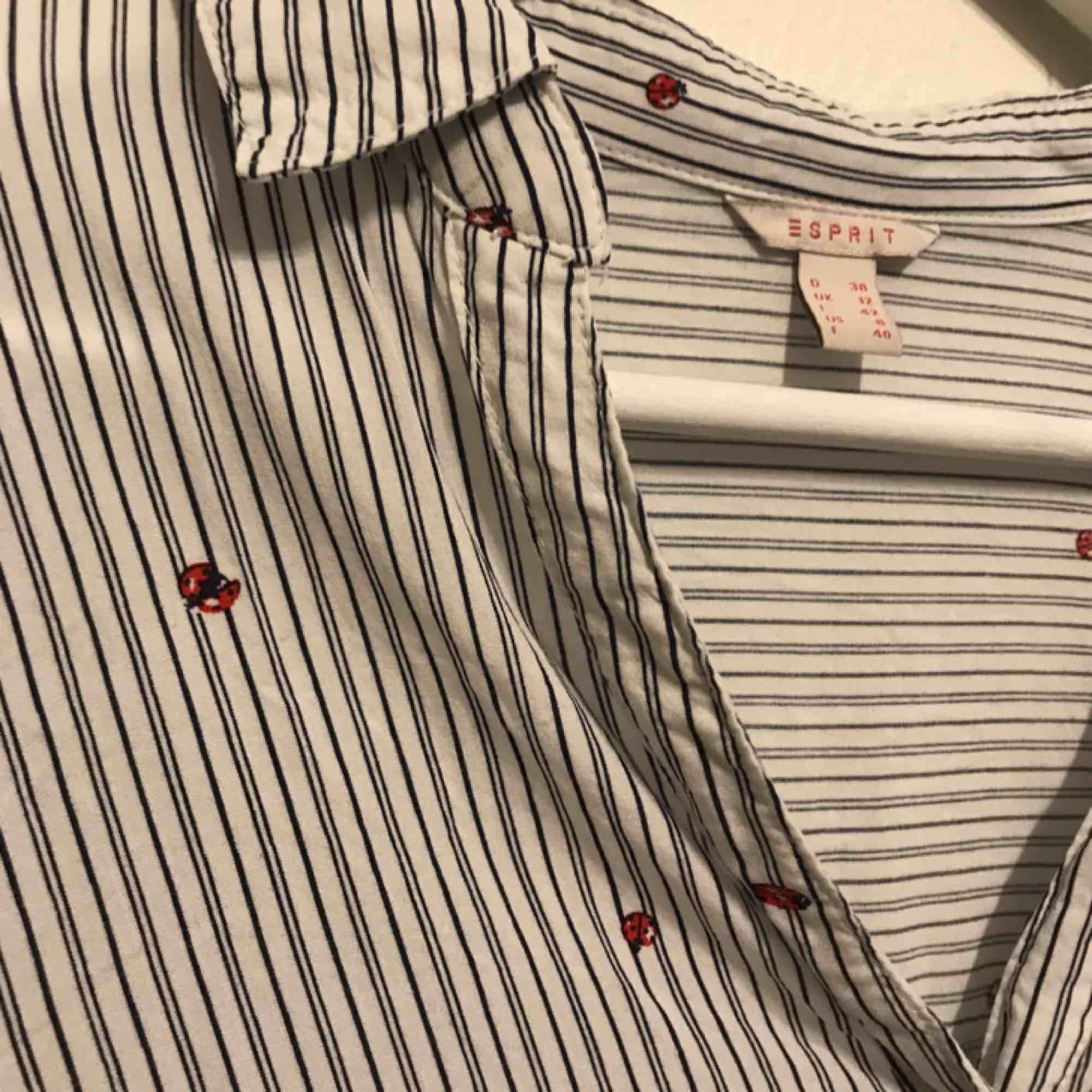 Jätte fin blus från Esprit. Jätte söta nyckelpigor på. Säljer då den är får kort i armarna på mig😔skriva gärna om du har frågor🤗. Blusar.