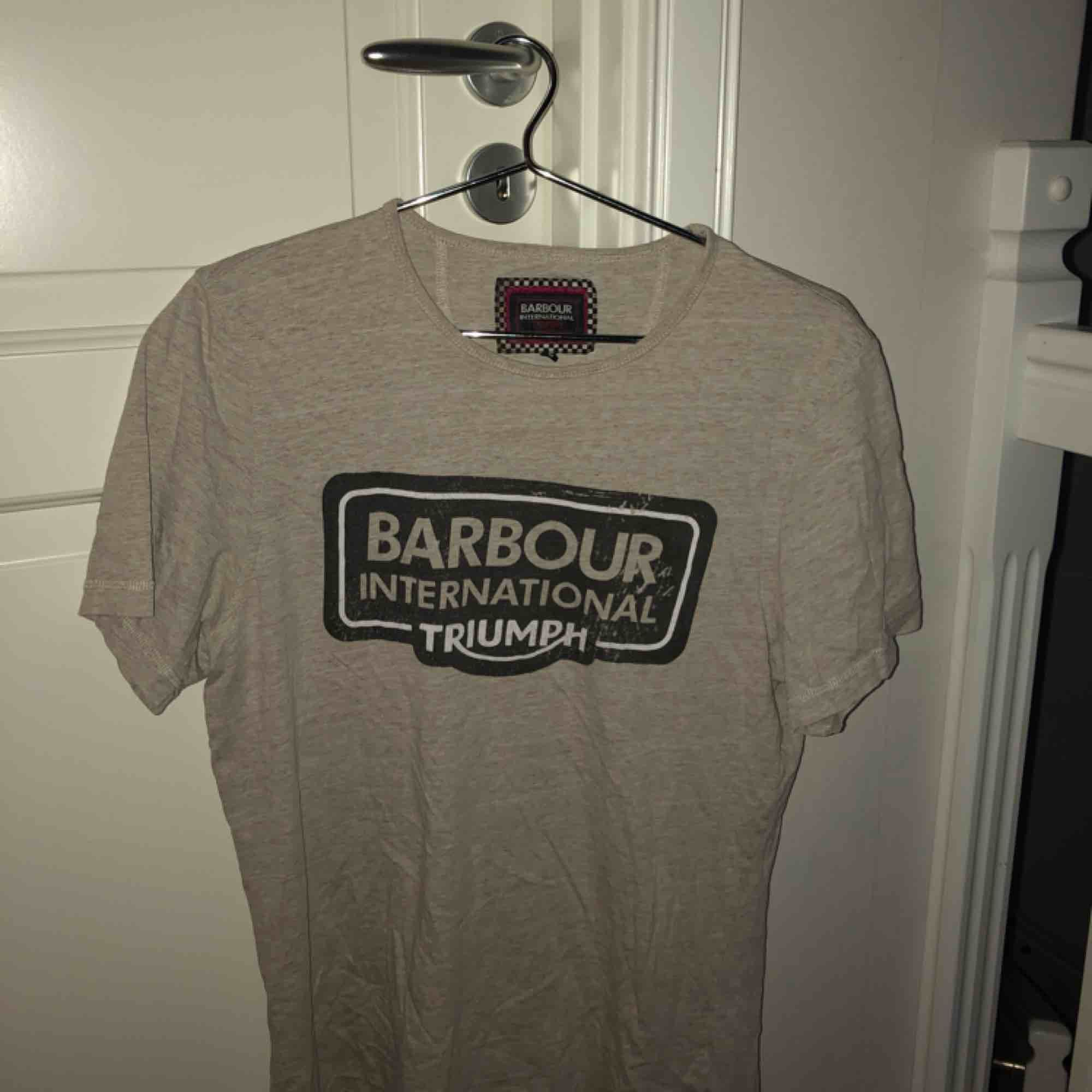 Grå, lite större T-shirt från barbour.. T-shirts.