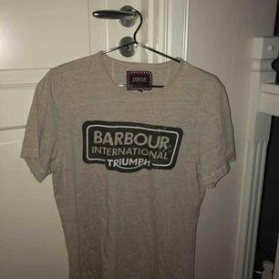 Grå, lite större T-shirt från barbour.