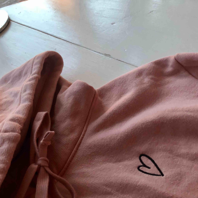 Mysig rosa hoodie med luva och detalj. Huvtröjor & Träningströjor.