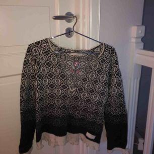 Lite tjockare tröja från Odd Molly med snygg urringning som även går att knäppa! Justerbar i ryggen.