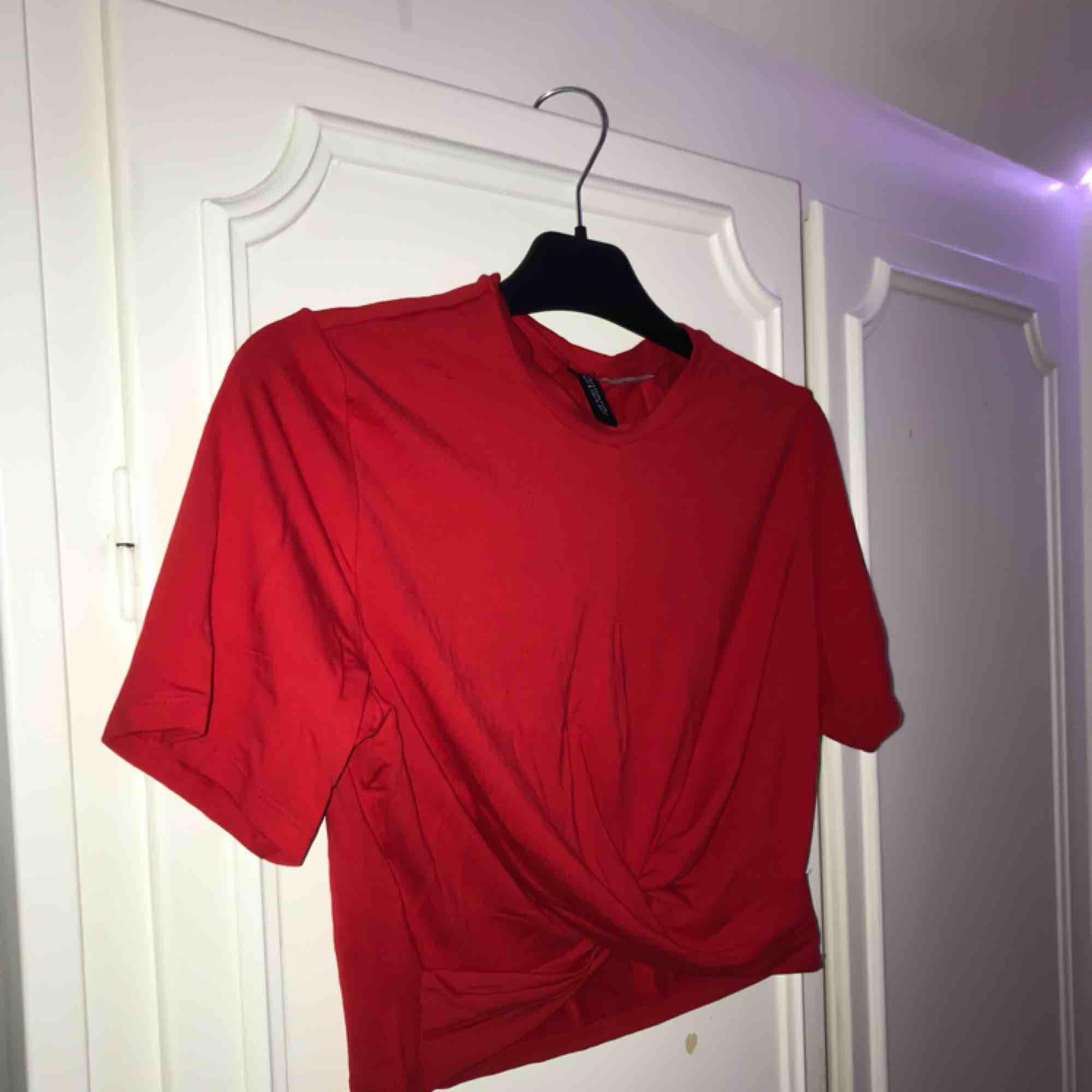Ny röd crop-top, aldrig använd! . T-shirts.