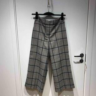 Rutig culottebyxa från H&M.  Sparsamt använd.  Köparen står för frakt.