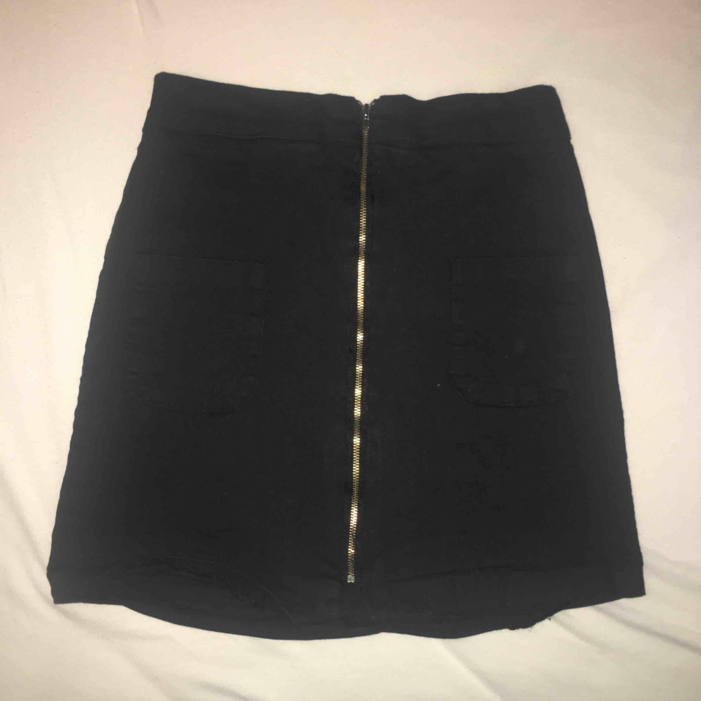 Svart kjol med dragkedja köpt från korea. Stretch där bak så passar för de som har S och M. Aldrig använd. FRI FRAKT!. Kjolar.