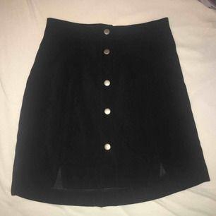 Svart kjol med knappdetalj köpt från Korea. Aldrig använd. FRI FRAKT.