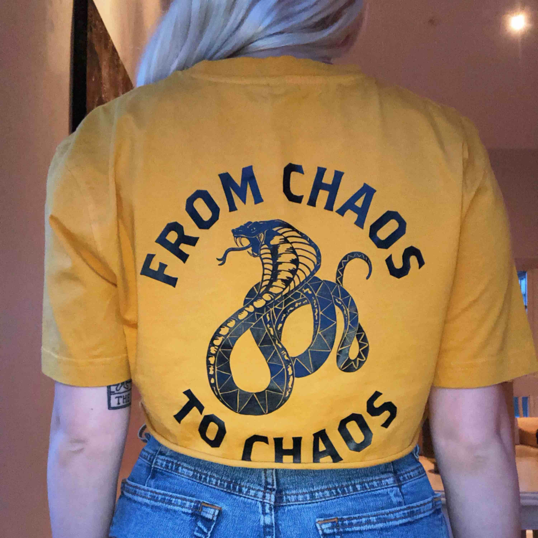 Vill egentligen inte sälja denna för jag tycker om den så mycket men har märkt att jag inte passar i gult! Tröjan är oversized så den passar M och L också. Köparen står för frakt! . T-shirts.