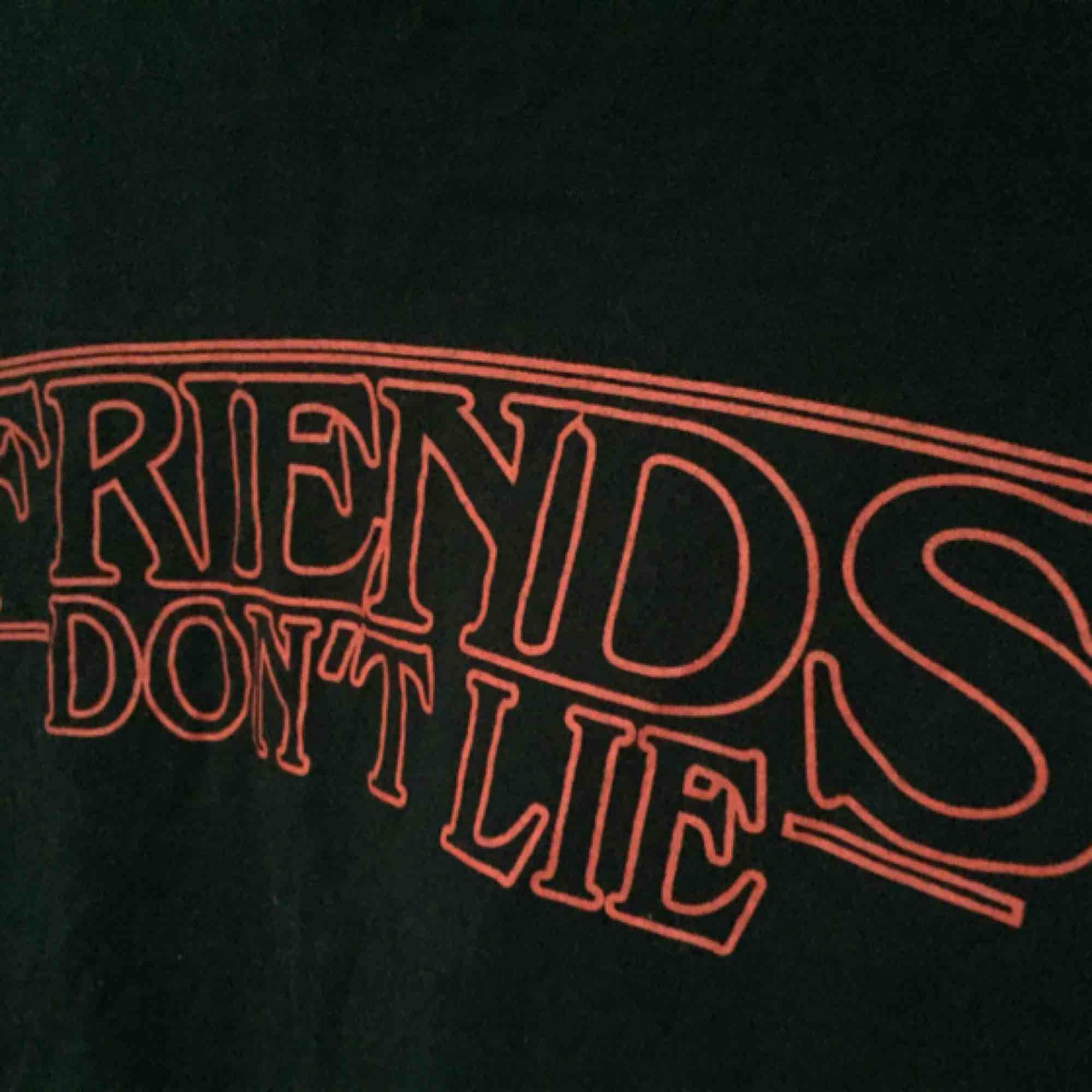 """Säljer en t-shirt med stranger things! Tröjan har motivet """"Friends don't lie"""" vilket är ett uttryck från andra säsongen. Helt oanvänd och i perfekt skick. . T-shirts."""
