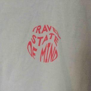 """Säljer en ljusblå t-shirt med trycket """"Travel State of Mind"""". Helt plain på baksidan. Inte använd och väldigt bra skick! :)"""