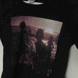 """Säljer en t-shirt med omslaget för deras album """"One more light"""". Köpt från EMP rock och har aldrig använts. Köpt för 200 kr! Passar en figurnära S :)."""