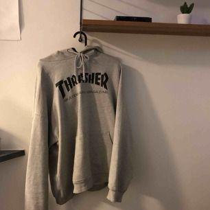 säljer en grå thrasher hoodie, passar som en L-XL!  det är en liten fläck (bild 2) på axeln typ, men eftersom tröjan är grå så märks den knappt!  finns i gbg, kan även skickas:) frakt kostar 69kr