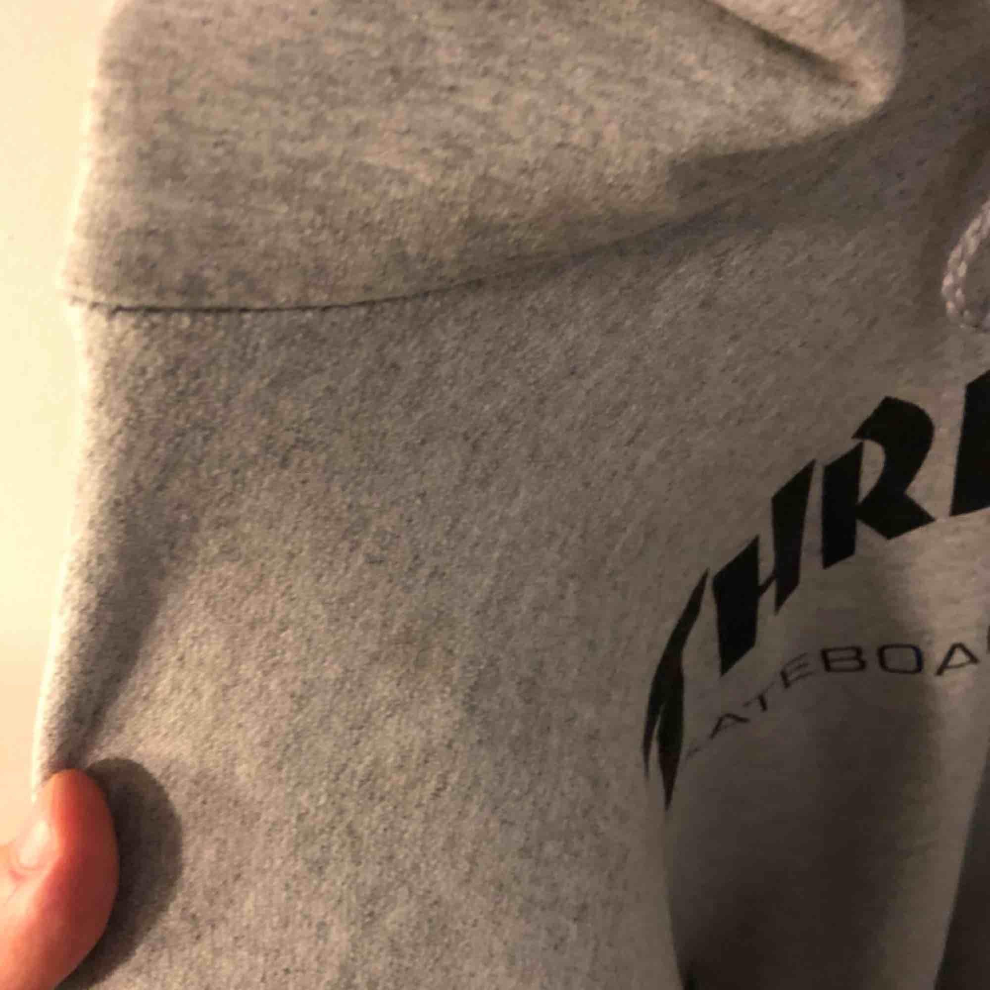 säljer en grå thrasher hoodie, passar som en L-XL!  det är en liten fläck (bild 2) på axeln typ, men eftersom tröjan är grå så märks den knappt!  finns i gbg, kan även skickas:) frakt kostar 69kr. Huvtröjor & Träningströjor.