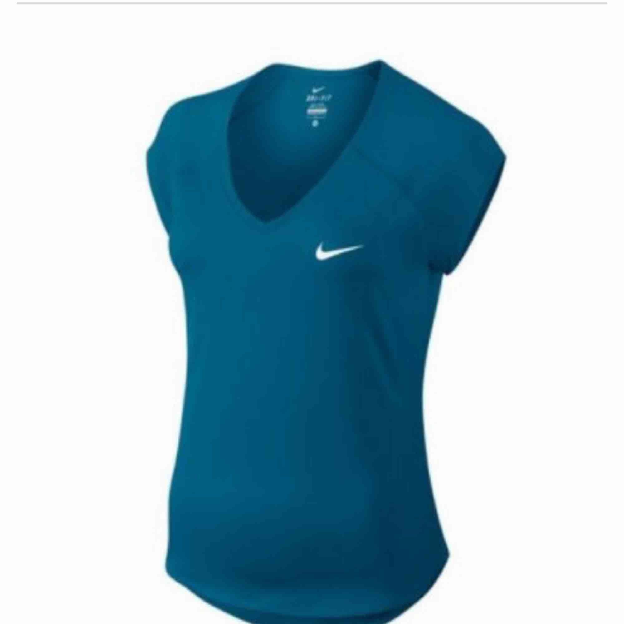 Fint skick. Köpt för 449kr. Lite ljusare blå i verkligheten än på bild. T-shirts.