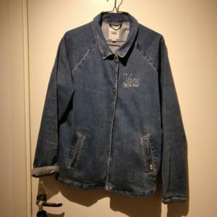 Vans jeans jacka, strl. M. Snygg och bekväm, normal i storleken.  Finns i Luleå men kan skickas om köparen står för frakten.