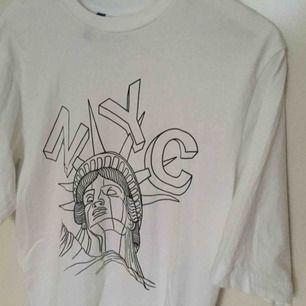 Säljer en t-shirt med ett tryck på framsidan. Säljer då den aldrig använts. Står XS men är mer som M :). Säljer två andra t-shirts som är vita och har tryck, alla tre kan köpas för 100 kr.
