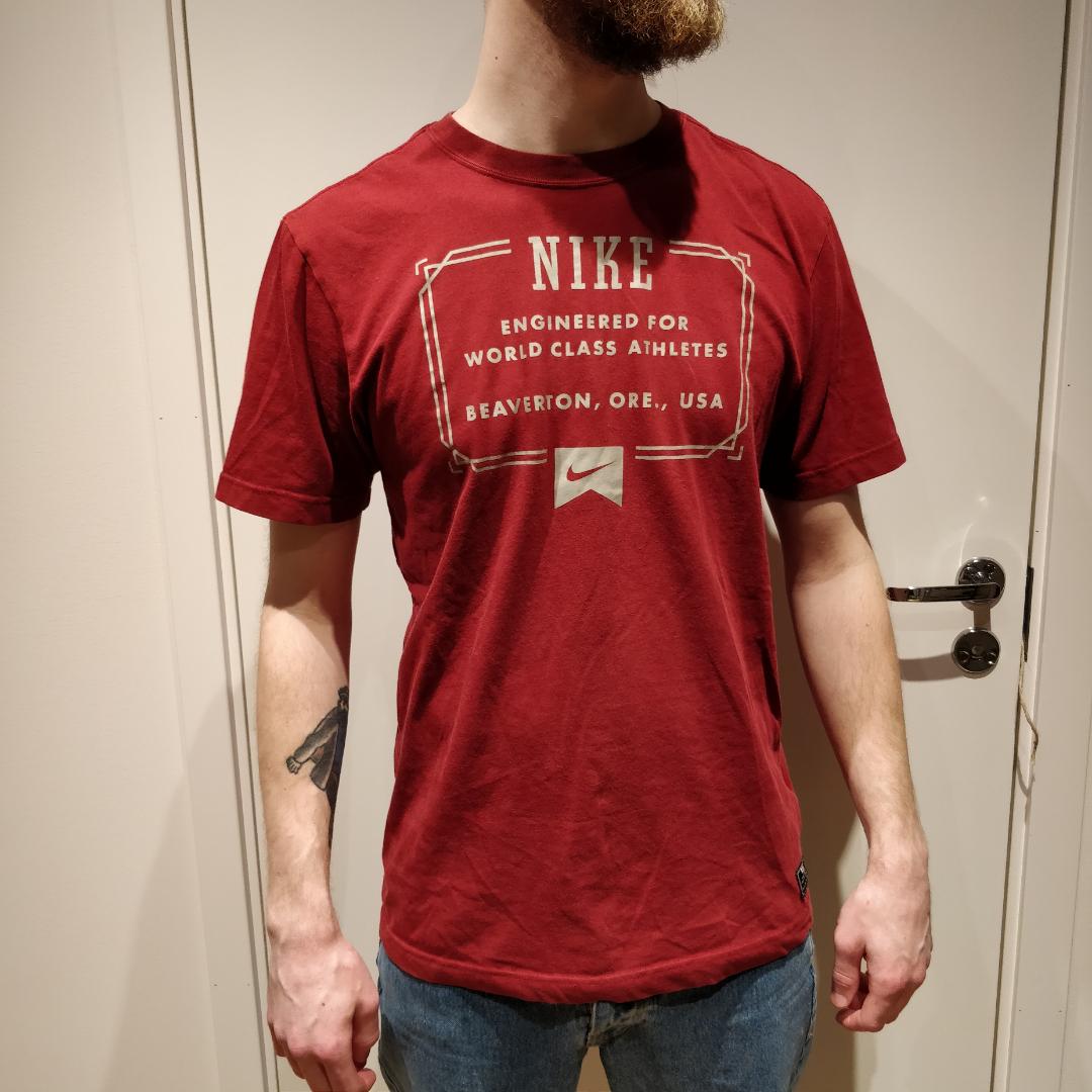 T-shirt från NikeSB. Använd men i bra skick.    Köparen betalar för frakt. . T-shirts.