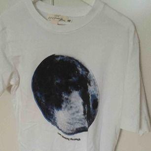 Säljer en t-shirt med fint tryck på framsidan. Är aldrig använd och från H&M, storlek M. Helvit på baksidan. Har två andra t-shirts med tryck, tillsammans kan alla tre köpa för 100 kr.