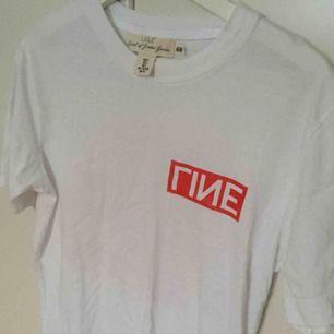 Säljer en t-shirt med ett tryck på både fram- och baksidan. Är en storlek M och har aldrig använts. Säljer två andra t-shirts med tryck på, alla tre säljs för 100 kr.