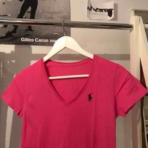 Enkel T-shirt från Ralph Lauren i en fin cerise färg. Köpt i USA och är knappt använd alls. Säljer på grund av för liten. Självklart helt äkta och i bra skick. Skriv för mer bilder eller eventuellt förhandling av pris. Köparen står för frakt!☺️
