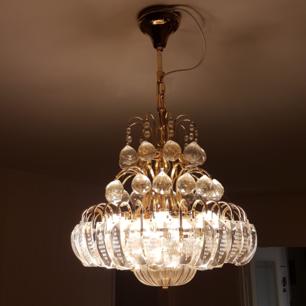 Lampa i guld färg. Använd några månader säljs för 1200 priset kan diskuteras vid snabb affär.