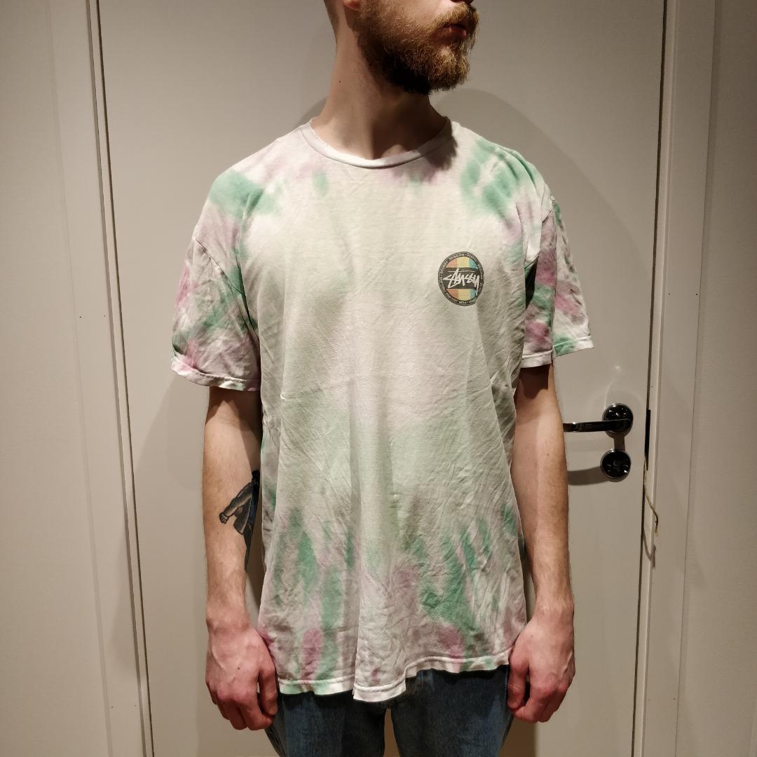T-shirt från Stüssy, välanvänd och sliten. Har två likadana, köper du en får du den andra också.   Köparen betalar för frakt.    . T-shirts.