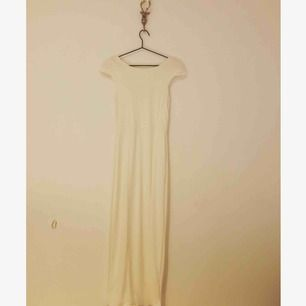 Vacker vit långklänning med öppen rygg Aldrig använd
