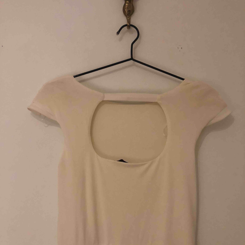 Vacker vit långklänning med öppen rygg Aldrig använd . Klänningar.
