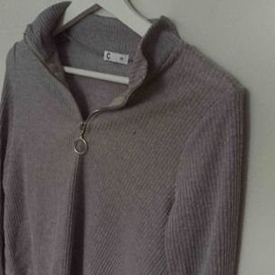 Säljer än långärmad topp / tröja från Cubus med utsvängda ärmar. Har en dragkedja på framsidan som kan justeras enligt dina önskningar. Superfin men inte använd.