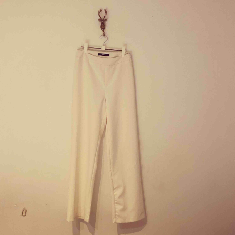 Snygga vita utsvängda byxor, tight vid rumpan 🍑 . Jeans & Byxor.