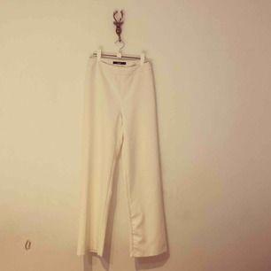 Snygga vita utsvängda byxor, tight vid rumpan 🍑